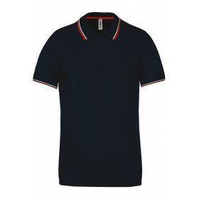 Polo en maille piquée manches courtes bleu marine à liserés rouge et blanc.